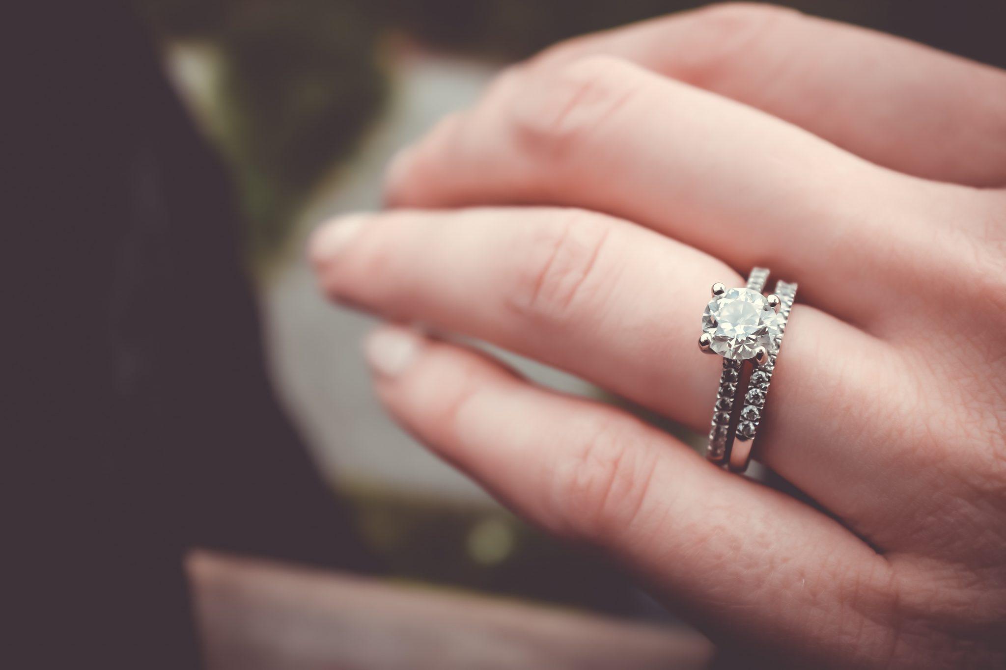 Jak vybrat správnou velikost zásnubního prstenu