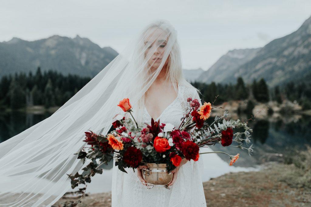 Ke svatbě na horách se výborně hodí kombinace klasické bílé a červené barvy.