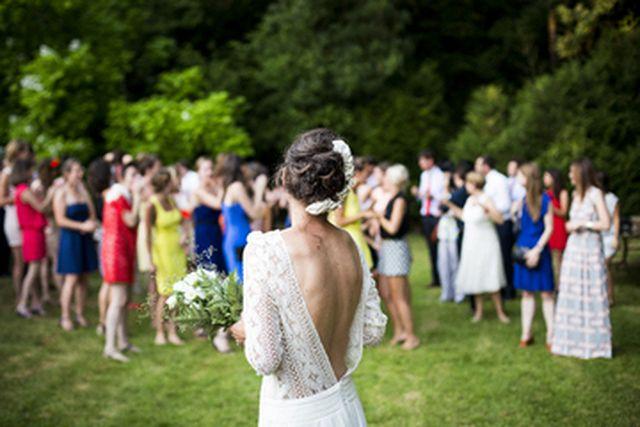Nejznámější svatební zvyk je určitě házení kytice